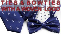 Krawatten und Fliegen mit gewebten Logos